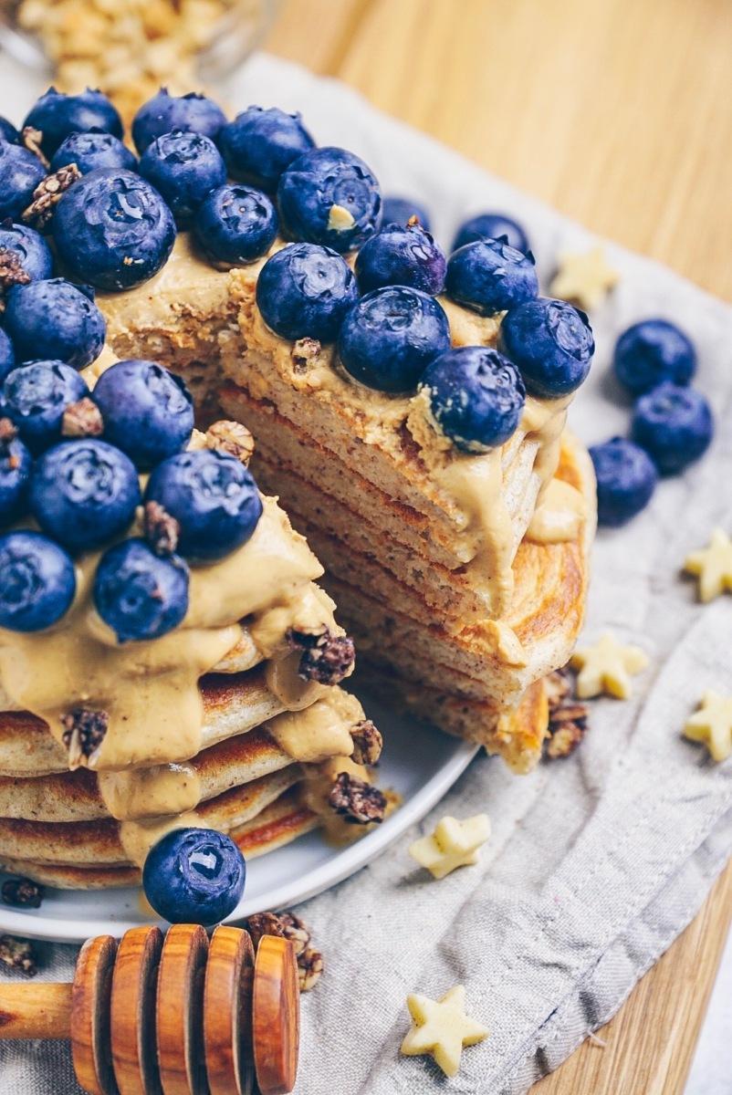extra saftige, dicke Haselnuss-Pancakes mit Erdnussbutter und Blaubeeren
