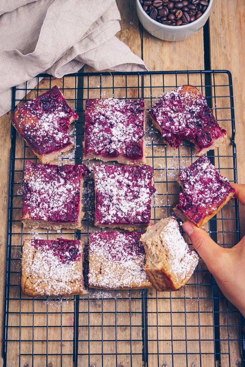 Rezept für leckeren Kirsch-Chai Latte Blechkuchen | Cherry Chai Latte Bars